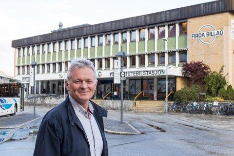 KVARTER: Nils Huus, administrerande direktør i Firda Billag, har signert avtale om drift av parkeringsplassen ved rutebilstasjonen. No får bilar berre vere på området eit kvarter før det begynner å koste.