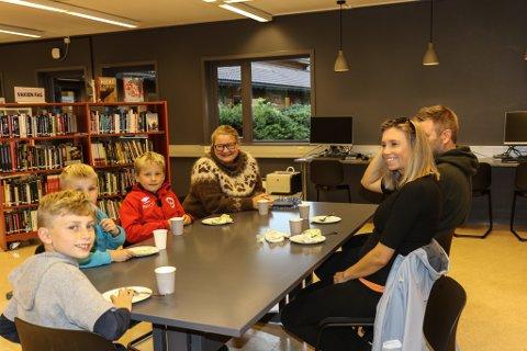 INNBYDANDE: Samuel Senneset, Theodor Senneset, Hans Oskar Tuften Viken, Siv Helen Tuften, Håvard Senneset og Solrunn F. Senneset synest at biblioteket er glad for utvida opningstider. Dei trur biblioteket blir eit samlingspunkt.