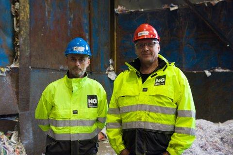 FARE: Stig Aamelfot (t.v.) og Tore Sørbø i Norsk Gjenvinning i Førde meiner svarte søppelsekkar kan føre til at farleg avfall ikkje blir oppdaga.