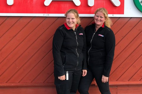 DRIV BUTIKKEN: Daglegleiar og eigar Siv Einen Paulsen (t.v.) og søster og medeigar Anita Lien Einen ved butikken på Hardbakke i Solund.
