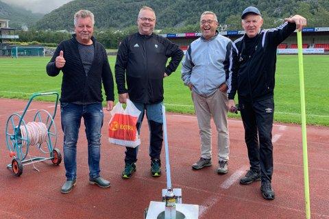 DUGNADSGJENG: Geir Reidar Hestethun, Geir Kjetil Øvstetun, Anders Midtun og Åge Sem Johansen har jobba for å få bana kampklar. Fredag var også kommunen på plass og pigga bana.