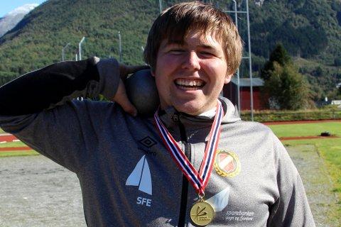 GULL OG REVANSJE: Mathias Dale med gullmedaljen. Sist junior-NM kniva han mot Steffen Melheim frå Olden og tapte. Denne gongen under UM var det han som tok gullet.