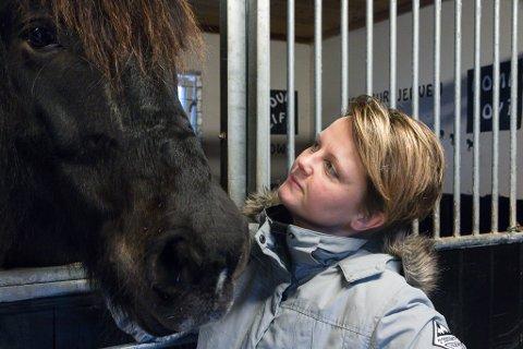 SKUMMELT: – Den største frykta var at hestane skulle få full panikk og springe av garde. Heldigvis behaldt dei roa, fortel Anette Vamråk. Her avbilda med hesten sin Tora Jerven.