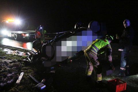 VRAK: Denne bilen er totalvrak, seier Bernhard Øberg, innsatsleiar i brannvesenet.
