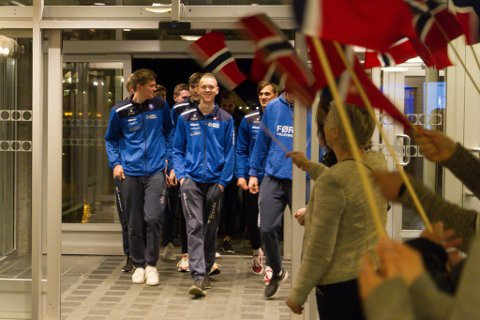 VARM VELKOMST: Volleyballherrane lyste opp då dei kom heim til veivande flagg og jubel i Førdehuset.
