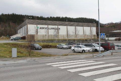 SLUTT PÅ TRENING FOR VAKSNE: Askvoll kommune opna 9. februar for at også vaksne kunne trene innandørs, mellom anna her i Askvollhallen. No har dei ombestemt seg.