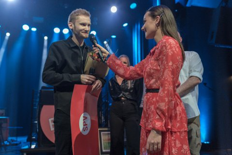 SIGER: Erlend Apneseth vann Lutt-prisen for året 2019. Her vert han intervjua av konferansier Arianrhod Engebø.