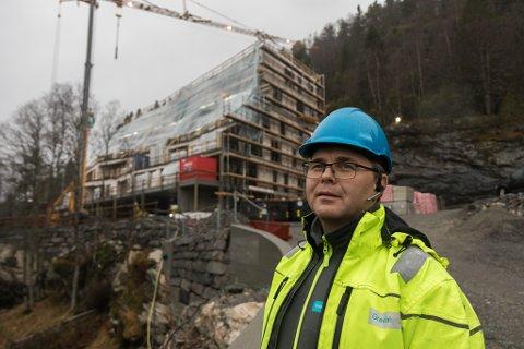 PLAST: Tre etasjar av Gravdalguppa sitt byggeprosjekt Zik-Zak på Falkenstein er plasta som eit skjold mot vêr og vind. Byggeplassleiar Arnold Savland fortel at mykje nedbør gir dei utfordringar.