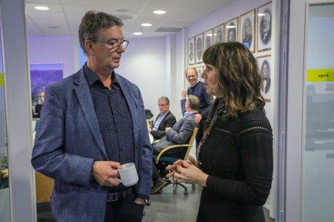 SAMDE: Sp og Ap landa etter kvart på felles haldning i parkeringsdebatten. Her er Håkon Myrvang (Ap) og Jenny Følling (Sp) i samtale.