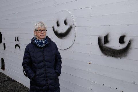 STYGT: Fleire stader på skulen har pøblar gått laus med sprayboksar. Men dei tagga smilefjesa får berre fram triste miner på skulen. – Elevane synest dette er veldig trasig, seier rektor Marianne Kårstad Raad.