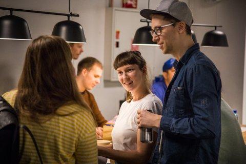 SAMLAST FOR Å TEIKNE: Arrangementet var ope for alle, og målet med kvelden var å slappe av og ha det kjekt