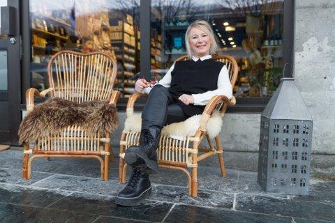 UTANFOR LOKALET: Dagleg leiar Rose Gjervik har fått på plass eit par stolar utanfor det nye butikklokalet.