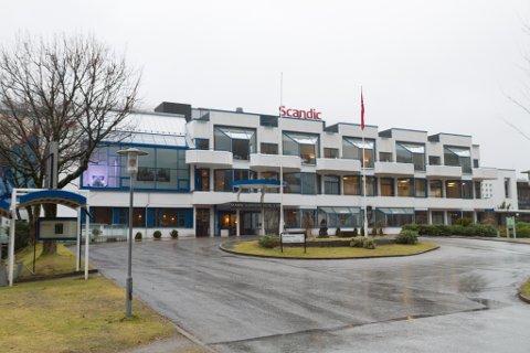 RISIKOSPORT: Scandic Sunnfjord hotell Førde hadde rekna med storomsetjing under Norgescuphelga. No står dei på bar bakke.