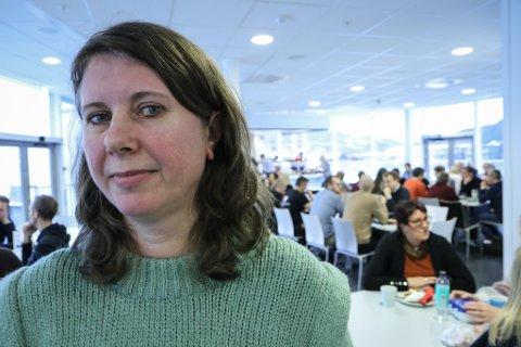 FORANDRING: Birgitte Refvik har tidlegare jobba i kommuneadministrasjonen i Gaular. Måndag var ho på plass i rådhuset i Sunnfjord kommune.  – Det er ein overgang, men vi har vore innstilt på denne samanslåinga lenge, seier ho.