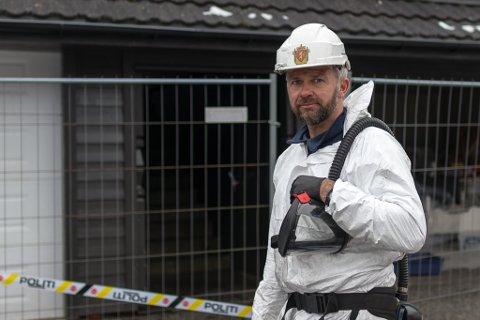 Hyttebrannen på Andøya har gjort inntrykk på den erfarne brannetterforskaren Jan Bjarte Skrøppa. Han har sjølv etterforska fleire  brannar med tragisk utfall. I eit facebook-innlegg oppfordrar han oss til å bli flinkare på brannførebygging.