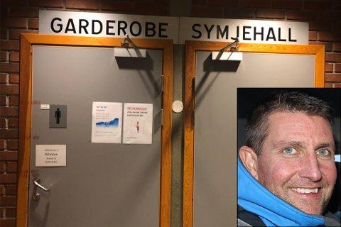 PÅMINNING: Inge Larsen ved Førdehuset seier at dei bestemte seg for å sette opp skilt for å minne folk på at det ikkje er lov å bade med undertøy under badekleda.