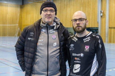 HAR VASSTRØBBEL: Styreleiar Bernt Ove Berntsen og trenar Hilmar Gudlaugsson i Førde IL Handball er frustrerte på grunn av vasslekkasjar og for lite golvvask i idrettshallen i Førdehuset.