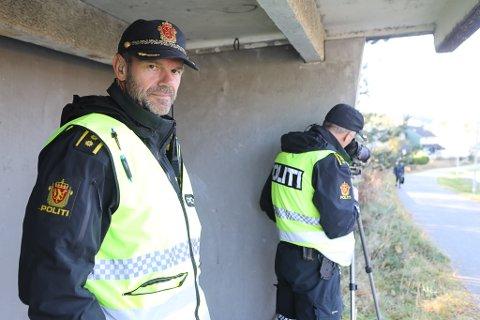 Politiet hadde åtferdskontroll i Førde sentrum onsdag. Der tok dei 17 førarar. Bildet er frå arkivet, og er teken då politioverbetjent Inge Værøy og Trond Hatlenes hadde kontroll i haust.