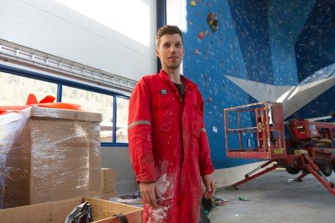 KLATREFRELST: Torbjørn Wiken (33) blir ny dagleg leiar på Førde klatresenter, som tar form i hallen der det tidlegare var sandvolleyballbaner på Vie.
