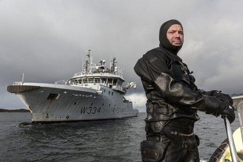"""PÅ LEIT: Skipssjef Einar Overå dykke på Kystvakta """"KV Tor"""" dykka laurdag etter den sakna mannen i Granesundet i Askvoll."""