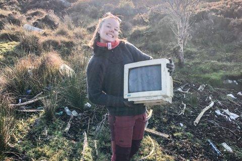 SKJERMFRITT HAV: Sunnfjord Folkehøgskule plukka plast på øyane ved Florø. På ei strand fann Karen Sessels ein PC-skjerm.