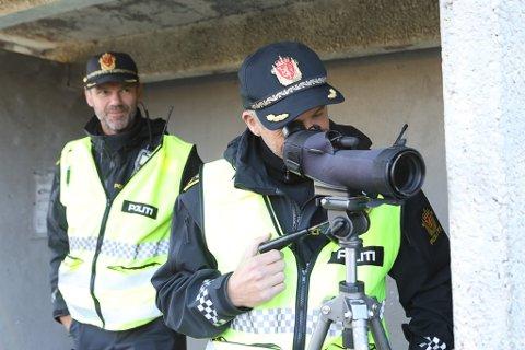 Politiet hadde kontroll i Førde sentrum tysdag 5. oktober 2020. Politioverbetjent Inge Værøy og Trond Hatlenes.