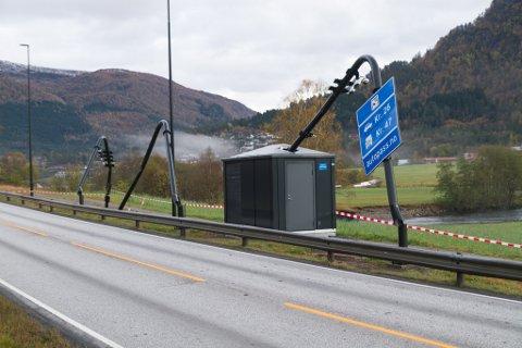 TREFT AV KØYRETØY: Dei tre stolpane ved bomstasjonen på Bruland i Førde er blitt treft av eit køyretøy fredag morgon.