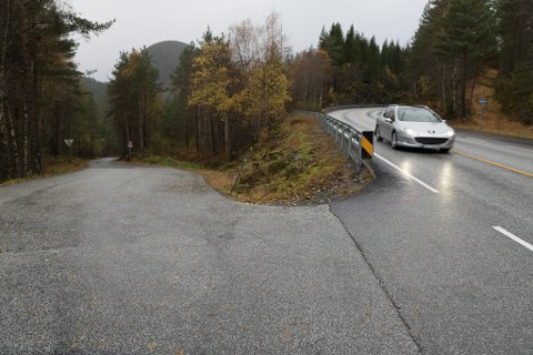 KAN BLI STENGT: Vegvesenet føreslår å stenge dette krysset ved E39 som fører ned til Alværen.