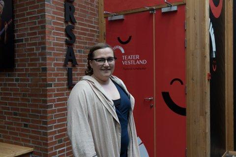 TEATERSJEF: Cecilie Grydeland Lundsholt seier at ho er lei seg for at Teater Vestland må avlyse delar av den planlagde turnéen på Vestlandet. Etter 12. april veit Teater Vestland om dei kan spele familieframsyninga «Raudhette og ulven» andre stader enn i Førde.