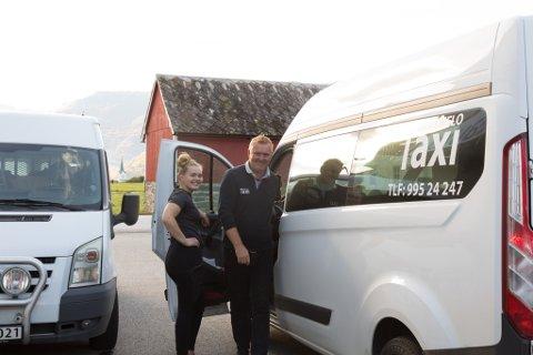 BYTER PÅ: Det er travle dagar på Breim Bilpleie og Byrkjelo Taxi, difor synest Frank Larsen at det er flott at dottera Kristine  Raad Larsen har byrja å jobbe hjå han.