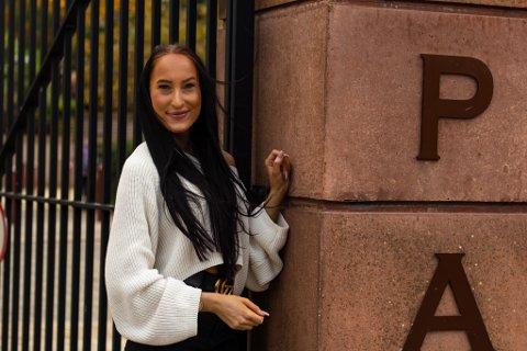 STOLT: 22-åringen frå Naustdal studerer musikk ved prestisjeskulen LIPA i England.