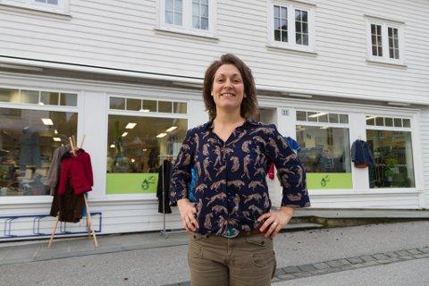 MÅ STENGE: Evangeline Sessford må stenge delar av butikken då ho ikkje var klar over at ho trong ein spesiell søknad for å drive attbruksbutikk.