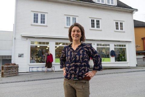 BUTIKKDRIVAR: Evangeline Sessford (33) driv attbruksbutikken Upscale i Sandane sentrum. Her sel ho klede.