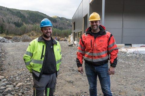 Roger Kalstad (t.v.) og Arild Tistel kan gle seg over at første bygget her på Tika Næringspark på Dyrshaugen snart er ferdig.