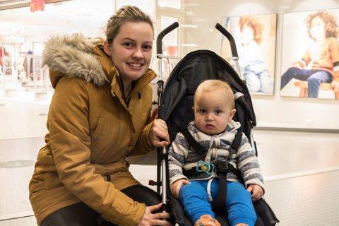 JULEHANDEL:Ragnhild Vatne Kringlen og sonen Odin(1) var innom butikkane i Førde fredag kveld. At det ikkje var nattopent, gjorde ingenting, seier firebarnsmora.