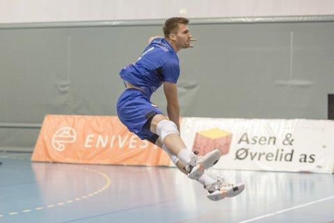 SERVANE SAT: Bjarne Nikolai Huus og resten av Førde-herrane vann kvartfinalen i volleyball laurdag kveld.
