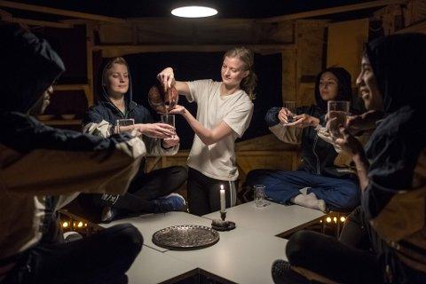 """MÅLLAUST TEATERMÅLTID: Danseteateret """"Jølster Hotell"""" inneheld ingen dialog. Her ser vi ei idyllisk måltidsscene, rett før idyllen blir broten. I midten er Anna Einemo Frøysland."""