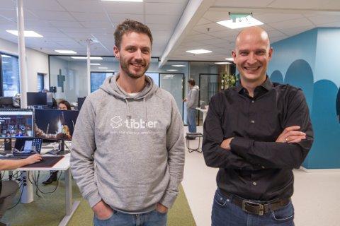 PENGAR TIL FRAMTIDA: Programvareutviklar Vegard Gillestad og dagleg leiar Edgeir Aksnes i Tibber. Det digitale straumselskapet har nett henta inn ein enorm sum frå ulike investorar.