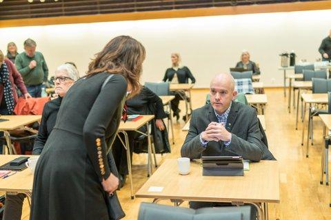 ARKIVFOTO: Jenny Følling (Sp) og Rune Hegrenes (Sp) i kommunestyret ved eit tidlegare høve. Hegrenes skal no forhandle med dei andre partia om ordførar- og varaordførarkabalen.
