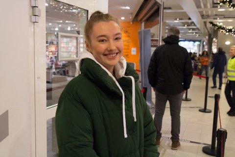 SISTE LITEN: Tina Lund Davanger (20) var på polferd like før stengetid. Ho var gjennom køa på to minutt, og vart slik sett forseinka meir av Firda.