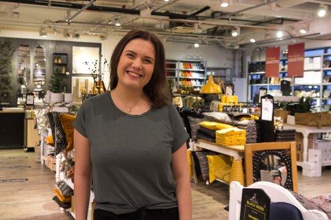 BLACK WEEK: Ida Marie Osland (23) er butikksjef på Kremmerhuset i Førde. Som mange andre i år, held ho tilboda gåande heile veka.