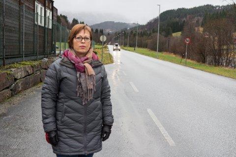 LEI: Solbjørg Steiro Herstad køyrer gjennom elleve fartssoner på veg til jobb i Førde. Denne 50-sona på Horstad i Naustdal meiner ho er malplassert.