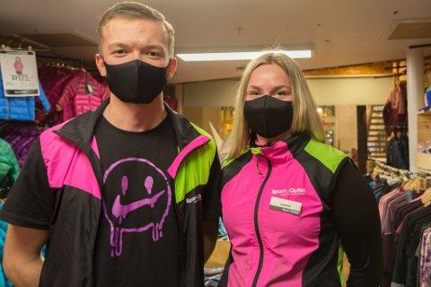 UNIFORM: Marius Njøsen Helgås (19) og Aurora Selvik (19) er tilsette i Sport Outlet. Munnbinda er no ein del av uniforma deira.