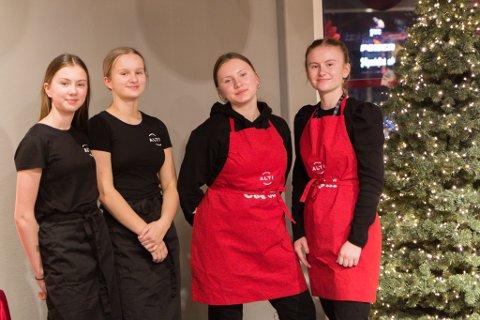 HJELPER DEG: Desse jentene hjelper deg med å pakke inn julegåvene dine. Frå venstre: Tine Skovro (15), Aurora Årdal (15), Maja Skovro (17) og Ingrid Mangersnes (16).