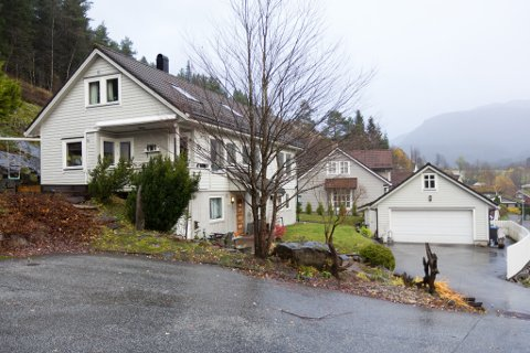 DYRAST I OKTOBER: Dette huset i Middagsteigen 30 vart selt for 6,65 millionar, og var det dyraste huset som vart selt i Sunnfjord kommune i oktober.