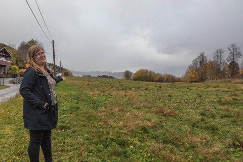 BUSTADFELT: Det nye bustadfeltet på Bjerga i Dale er under planlegging. På bildet: Kommunalsjef for teknisk Connie Hovland i Fjaler kommune.