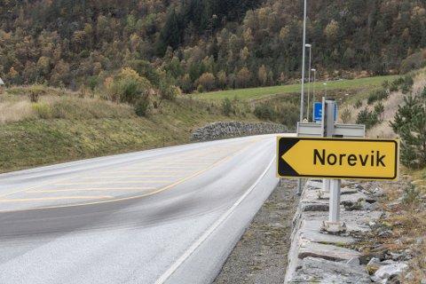 Her stod UP og målte farta til bilistar på E39 mellom Lavik og Vadheim i Høyanger kommune.