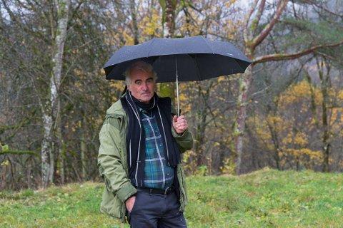 TUNGT: Arne Høisæther (70) seier at kommunikasjonen med Telenor har vore som ein tung materie. No håpar han å få hjelp slik at treet ikkje fell over huset hans.