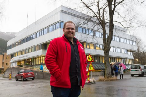 NY UNGDOMSKLUBB: Jostein Vedvik (23) og andre i Førde Røde Kors planlegg ein ny ungdomsklubb i Røde Kors-bygget. Dette ligg i Langebruvegen i Førde sentrum.