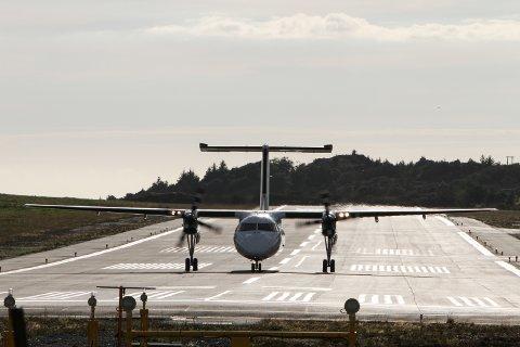 FLEIRE: Eit widerøefly taxar ut på rullebana på Florø lufthamn no i november. Regjeringa har no bestemt at det skal bli fleire avgangar frå Florø framover.